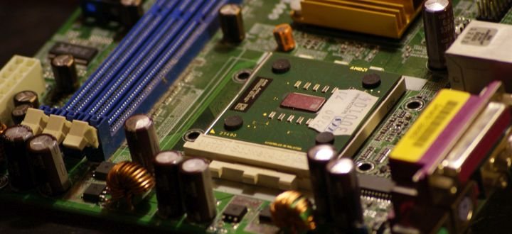 Stromsparfunktionen von Prozessor und Mainboard aktivieren.